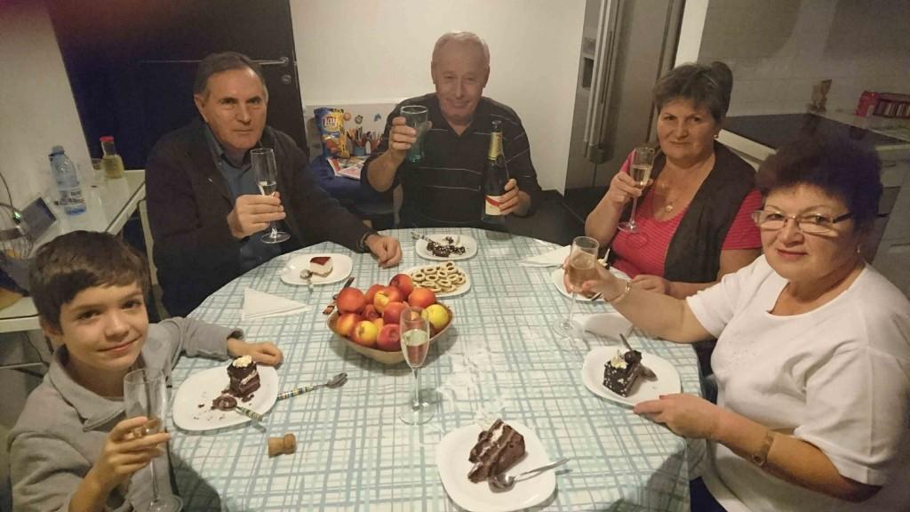 Toata familia fericita in seara nasterii mele